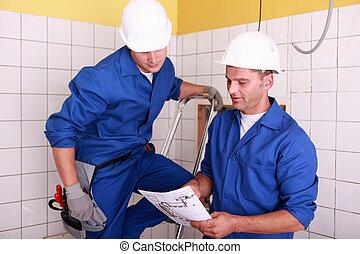 elektromonterzy, pracujący razem