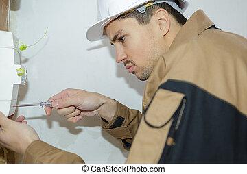 elektromonteur, arbeider, jonge, switch, zekering, plank, voorkant, ingenieur