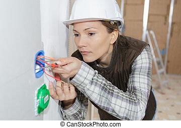 elektromonteur, kabels, vrouwlijk, inspecteren