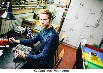 elektronika, műhely, fiatalember
