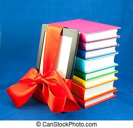 elektronisch boek, lezer, vastgemaakt, met, rood lint, en, stapel boeken