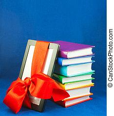elektronisch boek, lezer, vastgemaakt, met, rood lint, met, stapel boeken