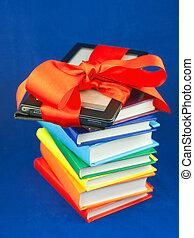 elektronisch boek, lezer, vastgemaakt, met, rood lint, op, de, stapel boeken
