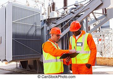 elektryczny, praca, dyskutując, inżynierowie