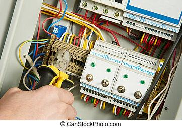 elektryk, na pracy