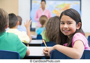 elemental, alumno, en la clase
