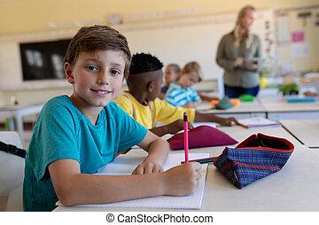 elemental, aula, escritorio de la escuela, colegial, sentado