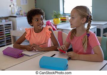 elementar, klassenzimmer, während, schule, sprechende , schoolgirls, lektion