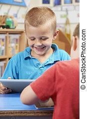 elementarna szkoła, uczeń, używając, palcowa pastylka, w, klasa