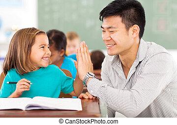 elementarny szkolny nauczyciel, i, student, wysoka piątka
