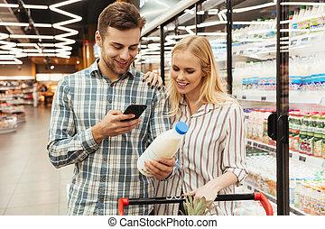 elenco, coppia, lettura, shopping, supermercato