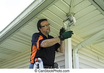 eletricista, cobertura, levando, instalação, vidro, exterior, luz, desligado