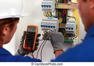 eletricista, e, seu, aprendiz, trabalhar, um, fusível, tábua