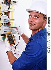 eletricista, elétrico, multímetro, medidor, usando, sorrindo