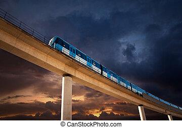 elevado, ferrocarril, con, tren