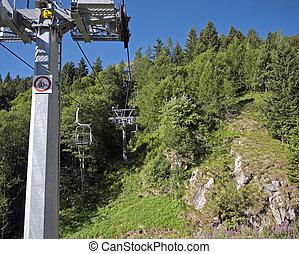elevador cadeira, cima, arborizado, montanhas, em, verão
