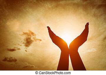 elevato, concetto, sky., sole, energia, mani, presa, tramonto, spiritualità, wellbeing, positivo
