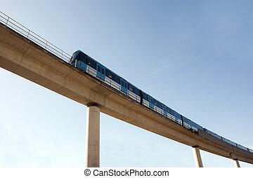 elevato, ferrovia, con, treno