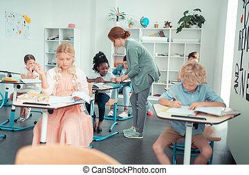 eleverne, hende, efter, æn, hjælper, another., opmærksom, lærer