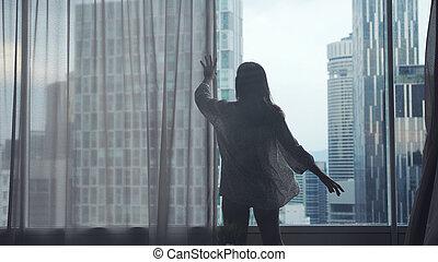 elfüggönyöz, nő, nyílik nyílás, fiatal, ablak, becsuk