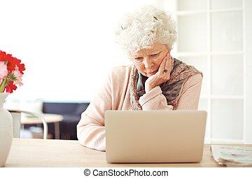elfoglalt, neki, laptop, nő, legelészés, idősebb ember