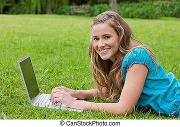ella, computador portatil, parque, mientras, adolescente, ...
