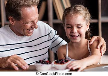 ella, cupcake, alegre, conmovedor, diversión, niña, aduelo, teniendo