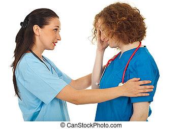 ella, doctor, colega, reconfortante