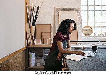 ella, encuadrado, imagen, computador portatil, trabajando, estudio, mujer, joven