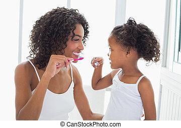 ella, hija, cepillar dientes, su, bastante, madre