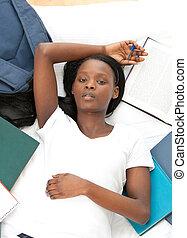 ella, joven, cama, deberes, estudiante, acostado