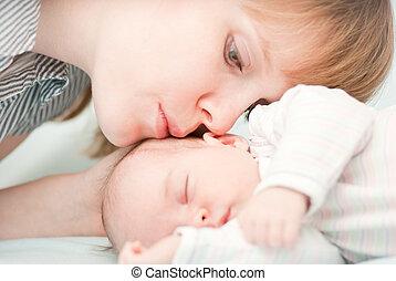 ella, joven, recién nacido, se resbalar, madre, bebé, besar