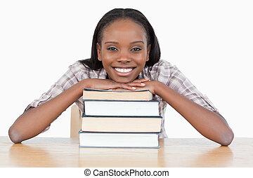 ella, pila, libro, estudiante, barbilla
