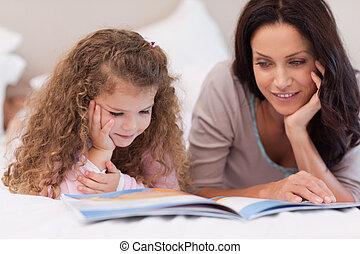 ella, poco, historia, niña, bedtime, lectura, madre