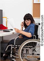 ella, trabajando, sílla de ruedas, joven, incapacitado, niña, oficina