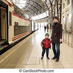 ella, tren, hijo, plataforma, estación, madre, feliz