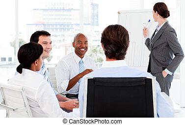 elle, équipe, présentation, donner, femme affaires