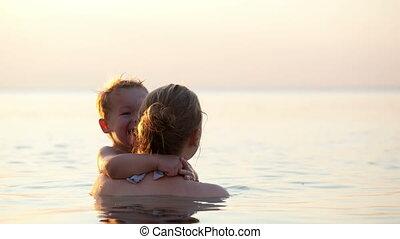 elle, étreindre, fils, mer, mère, aimer