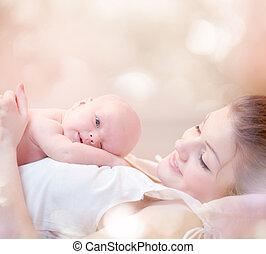 elle, étreindre, nouveau né, mère, bébé, baisers, heureux
