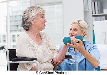 elle, aider, quoique, haltère, regarder, infirmière, levage, patient