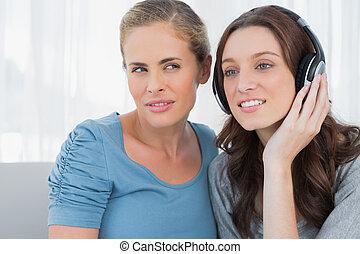 elle, ami, écouteurs, brunette, écoute, porter