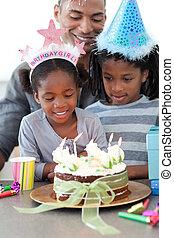 elle, anniversaire, petite fille, ethnique, célébrer, famille