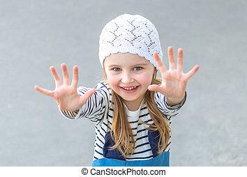 elle, atteindre, mains, enfant, petit, dehors
