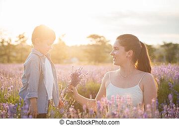 elle, bouquet, mère, champ lavande, regarde, enfant, fleurs, heureux