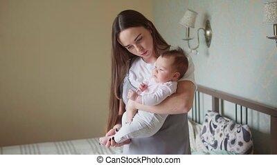 elle, bras, nouveau né, tenue, mère, bébé, heureux
