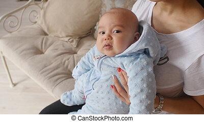 elle, bras, nouveau né, tenue, mère, bébé, maison