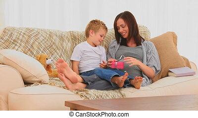 elle, cadeau, mère, ouverture, fils