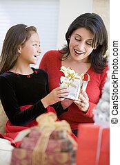 elle, cadeau, mère, surprenant, girl, noël