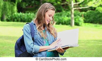 elle, cahier, ouverture, femme souriante, jeune