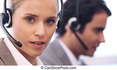 elle, casque à écouteurs, conversation, femme affaires, jeune